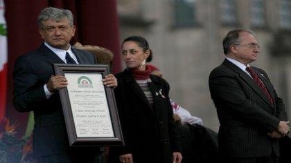 """AMLO se declaró en 2006 """"presidente legítimo"""" diez días antes de la toma de posesión de Felipe Calderón (Foto: Archivo / Cuartoscuro)"""